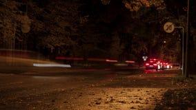 Het verkeer van de de stadsnacht van Riga stock videobeelden
