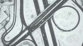 Het verkeer van de stadsweg in sneeuwende dag - top down satellietbeeld stock videobeelden