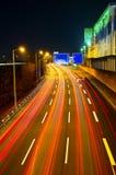Het verkeer van de weg bij nacht Stock Foto