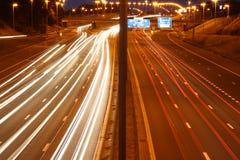 Het verkeer van de weg bij nacht Stock Foto's