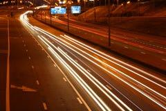 Het verkeer van de weg bij nacht Royalty-vrije Stock Afbeeldingen