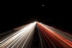 Het verkeer van de weg bij nacht in de winter Stock Afbeelding