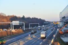 Het verkeer van de weg dichtbij de luchthaven van Frankfurt Stock Foto