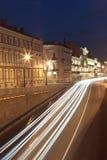 Het verkeer van Ehicular in de oude stad van nacht Stock Afbeelding