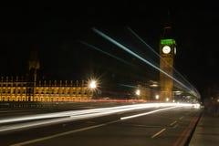 Het verkeer van Londen bij nacht Royalty-vrije Stock Afbeelding