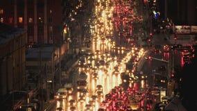 Het verkeer van nachtkruispunten in de stad met lichten stock footage