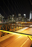 Verkeer in de nacht in de Brug van Brooklyn, New York Stock Fotografie