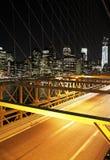 Verkeer in de nacht in de Brug van Brooklyn, New York stock fotografie