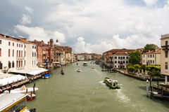 Het verkeer van schepen en gondels in Venetië Royalty-vrije Stock Foto