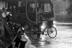 Het verkeer van Vietnam Hanoi in regen Royalty-vrije Stock Fotografie