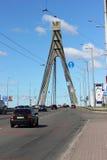 Het verkeer van voertuigen op de brug royalty-vrije stock fotografie