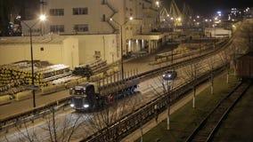Het verkeer van vrachtwagens op skyway in de nacht stock video