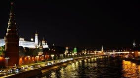 Het verkeer voor de muren van het Kremlin in de avond UHD - 4K moskou Rusland stock videobeelden