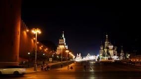 Het verkeer voor de muren van het Kremlin en de Kathedraal van het Basilicum van Heilige in de avond UHD - 4K moskou Rusland stock footage