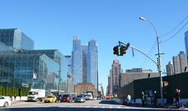 Het verkeer wacht bij kruising van 34ste Straat en 11de Weg Stock Foto