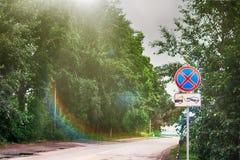 Het verkeer zingt vorst in de zomer dichtbij weg stock foto's