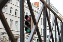 Het verkeerslicht toont gelijktijdig groen en rood licht in Luebeck, Duitsland royalty-vrije stock fotografie