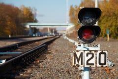 Het verkeerslicht toont rood signaal op spoorweg. Stock Foto