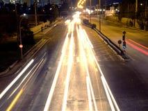 Het verkeersonduidelijk beeld van de nachtstad royalty-vrije stock foto's