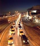 Het verkeersonduidelijk beeld van de nachtstad stock afbeeldingen