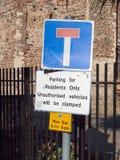 Het verkeerstekenparkeren voor ingezetenen slechts onbevoegde voertuigen zal stock foto's