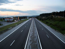 Het verkeersweg van de weg bij schemer royalty-vrije stock afbeeldingen
