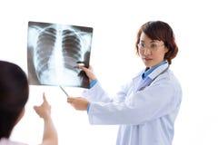 Het verklaren van x-ray resultaten Stock Fotografie