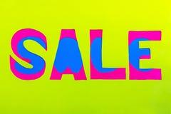 Het verkoopdocument vericoloured teken op een lichtgroene achtergrond Stock Afbeeldingen