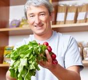 Het verkopen van de landbouwer groenten in landbouwbedrijf Stock Afbeelding