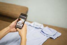 Het verkopen van dingen online elektronische handel online het winkelen levering verschepen en ordesmartphone die fotooverhemden  stock foto's