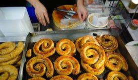Het verkopen van heerlijk voedsel op de straat Royalty-vrije Stock Foto