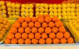 Het verkopen van Indische snoepjes op de markt in Maleisi? stock afbeelding