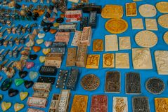 Het verkopen van traditionele Mexicaanse Herinneringen aan toeristen op de markt De domino's, bas-hulp, leidt het Roken, schedels Stock Foto's