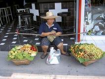Het verkopende fruit van de vrouw, Thailand. Stock Foto's