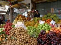 Het verkopende fruit van de vrouw, Thailand. Stock Afbeeldingen