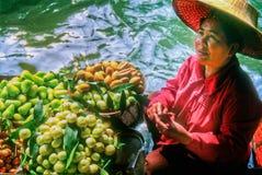 Het Verkopende Fruit van de vrouw, Thailand stock afbeeldingen