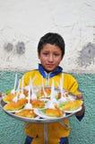 Het verkopende voedsel van het kind op de straten van Noordelijk Peru Royalty-vrije Stock Afbeeldingen