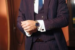 Het verlagingsplan is een bebouwd kader van een modieuze zakenman vandaag huwt, gezet op een modieus kostuum, draagt een wit royalty-vrije stock afbeeldingen