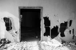 Het verlaten Binnenland van de Bouw Lege deur, gaten Royalty-vrije Stock Afbeeldingen