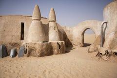 Het verlaten dorp van de Steroorlog in de woestijn Tunesië van de Sahara Stock Afbeeldingen