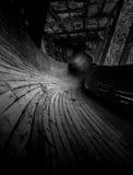 Het verlaten luge spoor kronkelt het de manier van ` s door het bos Royalty-vrije Stock Afbeelding