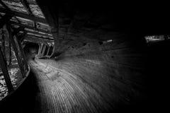 Het verlaten luge spoor kronkelt het de manier van ` s door het bos Royalty-vrije Stock Afbeeldingen