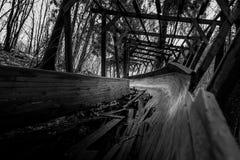 Het verlaten luge spoor kronkelt het de manier van ` s door het bos Stock Foto