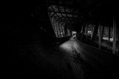 Het verlaten luge spoor kronkelt het de manier van ` s door het bos Stock Afbeeldingen