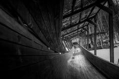 Het verlaten luge spoor kronkelt het de manier van ` s door het bos Royalty-vrije Stock Foto