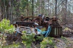 Het verlaten roestige spoor legt bovenkant - neer in de Uitsluitingsstreek van Tchernobyl royalty-vrije stock foto