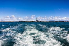 Het verlaten van de kustlijn op een hoge snelheidsboot; Moss Landing-coa stock foto's