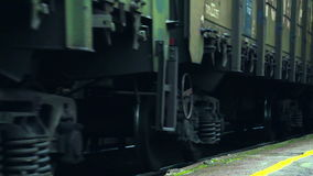 Het verlaten van de treinwielen Sluit omhoog stock video