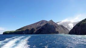 Het verlaten van Whakaari of Wit Eiland in Nieuw Zeeland royalty-vrije stock afbeelding