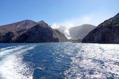 Het verlaten van Whakaari of Wit Eiland in Nieuw Zeeland royalty-vrije stock foto's